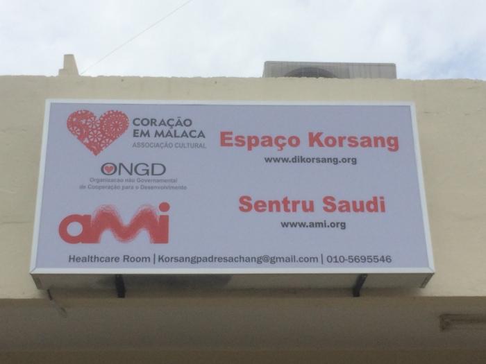 """Espaço Korsang = Espaço Coração = """"Heart Space"""" Sentru Saudi = Centro Saude = Health Center (a health clinic it seems)"""